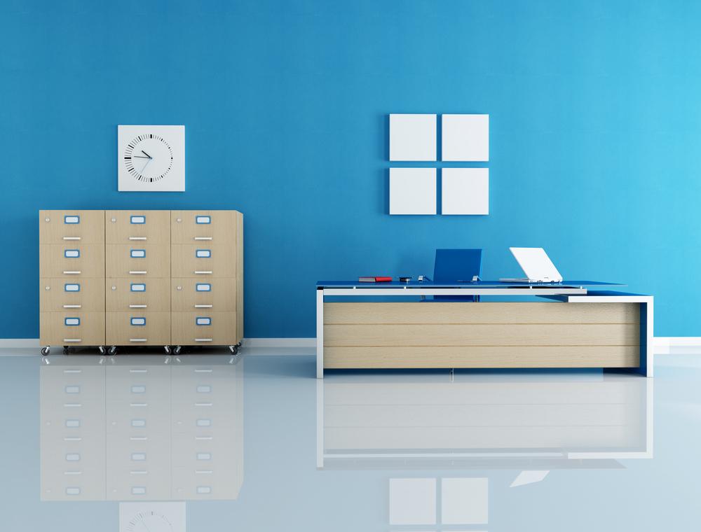 Oficina con una gran pared de fondo pintada de color azul