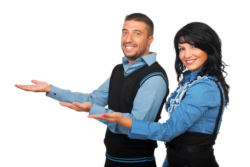 Hombre y mujer estirando sus brazos, realizando una especie de gesto de invitación