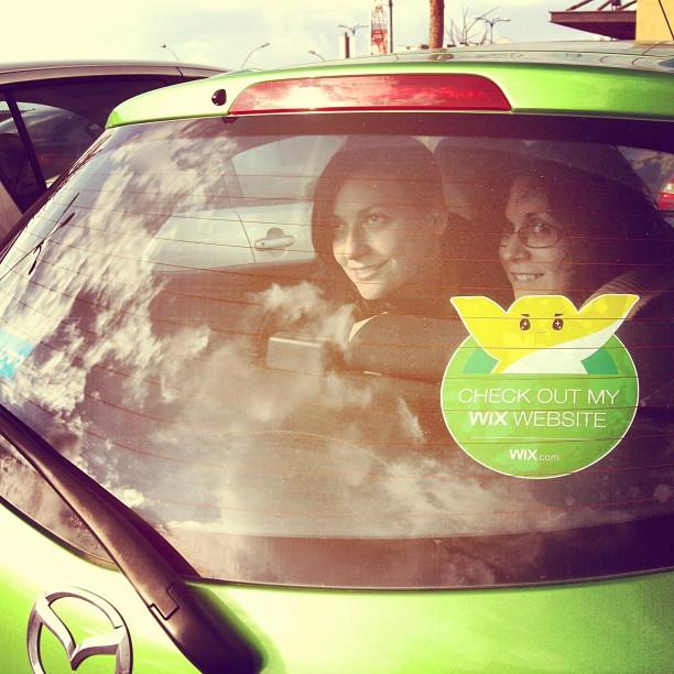 Wix Sticker en un Auto con dos mujeres dentro del mismo