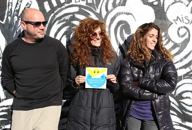 Tres personas posando con el Sticker de Wix