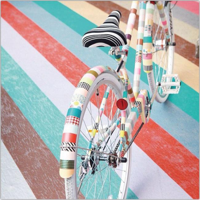 Bicicleta de colores en un piso con colores similares a los de la bicicleta misma