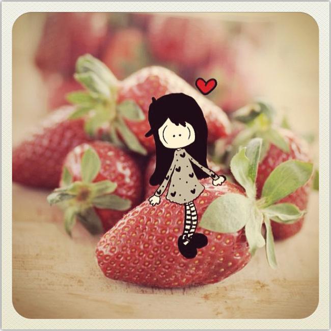 Ilustración de una niña sobre una imagen real de frutillas. Del perfil de Instagram de maghettastreghetta