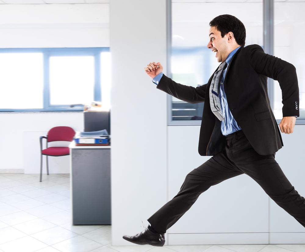 Empleado corriendo por los pasillos de la oficina