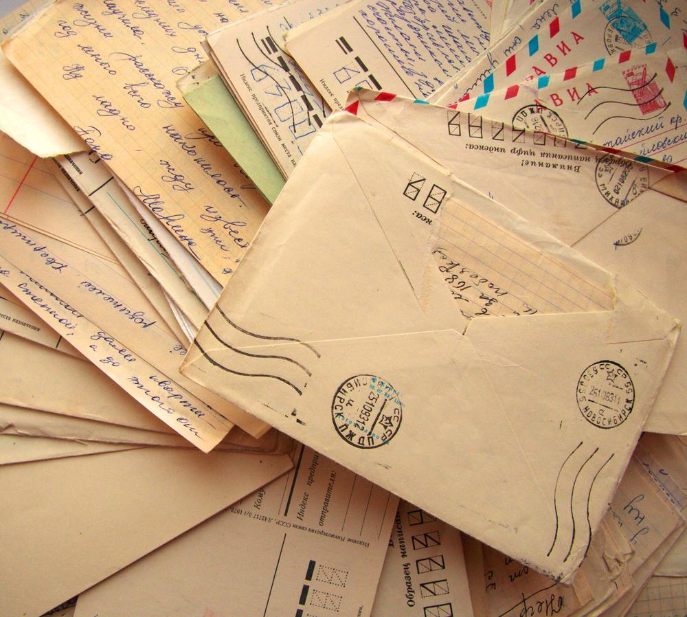 Montón de sobres con cartas antiguas.