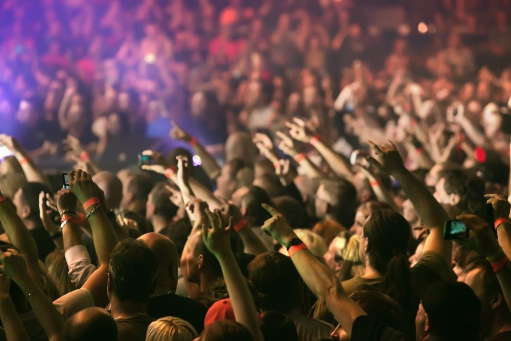 Audiencia en un concierto. Se ven muchísimasmanos con smartphones sacando fotos