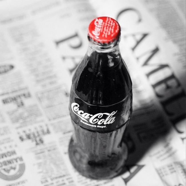 Botella de Coca Cola sobre un periodico