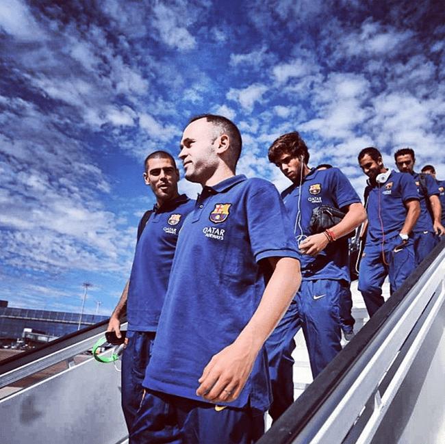 Jugadores del Barcelona bajando de un avion