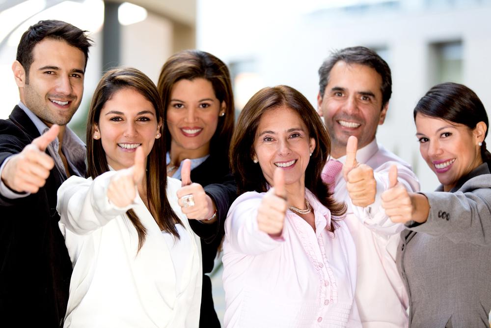 Grupo de ejecutivos felices y con el dedo pulgar levantado