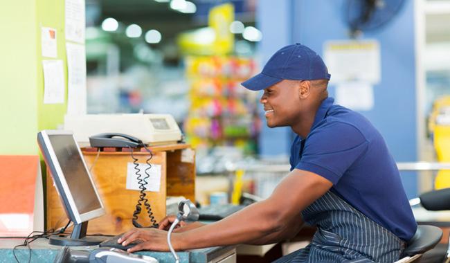 Hombre frente a una caja registradora