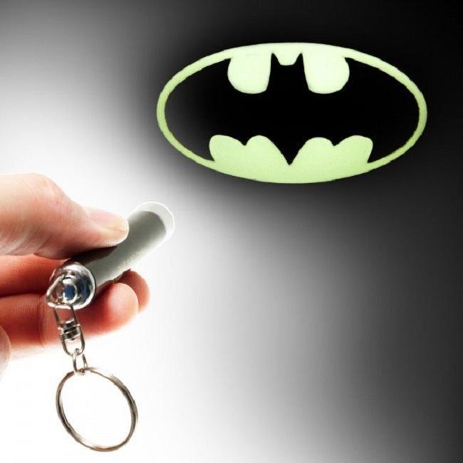 Linterna que refleja el logo de Batman en las paredes