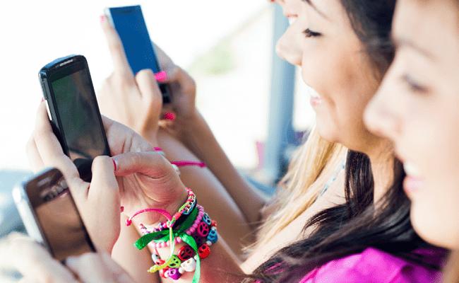 Amigas y sus teléfonos móviles