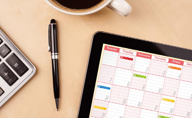 Escritorio y un calendario