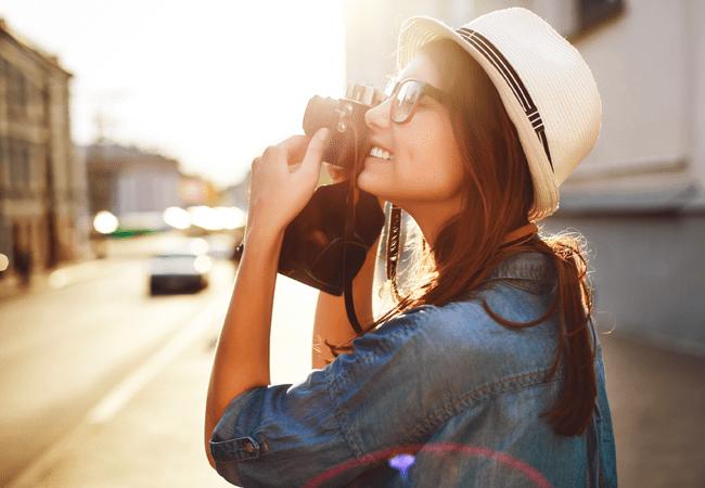 Muchacha con una cámara fotográfica