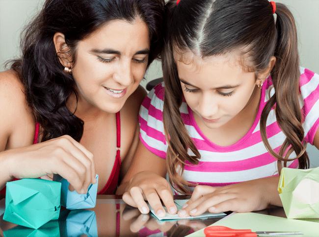 Madre e hija haciendo artesanías