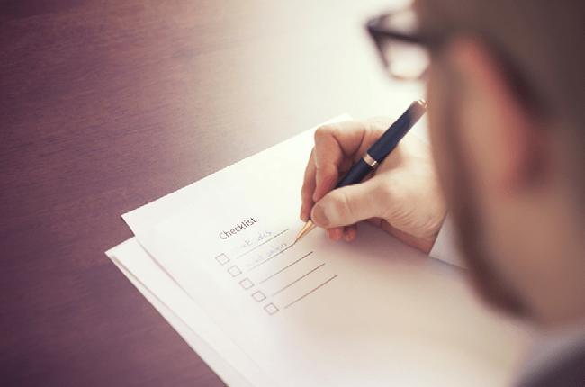 Jóven Escribiendo una Lista de Tareas