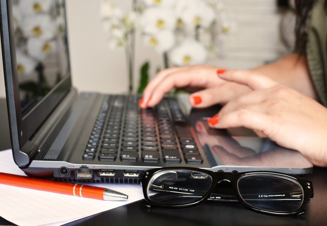 Mujer Escribiendo en una Computadora