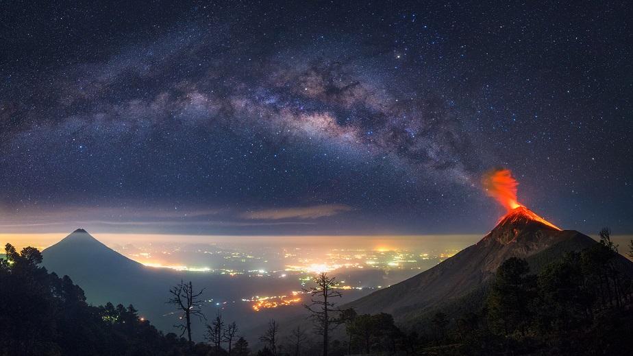 Volcán en erupción con Vía Láctea de fondo_Mi Fuego_ Albert Dros