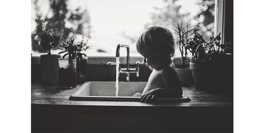 Fotografía-de-Bebés_Baños en el lavamanos